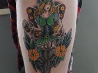 Татуировка девушка на плече