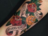 Татуировка трех роз с надписями