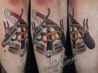 Татуировка холодного оружия на руке