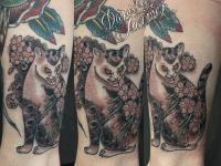Татуировка рысь с цветами на руке
