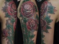 Тату роз от локтя до плеча на теле девушки