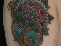 Татуировка в виде цветка на плече