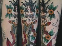 Татуировка русалка на якоре на руке
