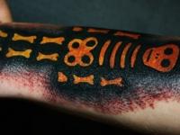 Татуировка скелет на предплечье