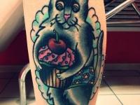 Татуировка кот с пирожным