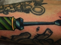 Татуировка отвертка на предплечье