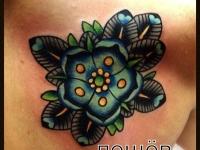 Татуировка цветок на лопатке