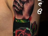 Татуировка рука со стопкой на плече