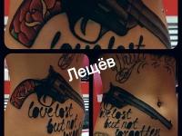 Татуировка револьвер на животе