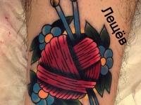 Татуировка клубок и спицы