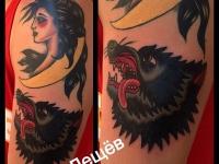 Татуировка девушка и волк на плече