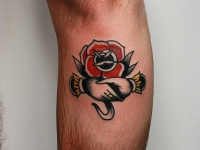 Татушка рукопожатие возле розы под коленом
