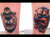 Татуировки на ногах якоря и и краба читающего книги