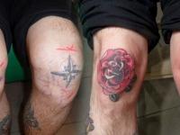 Татуировка розы на коленях