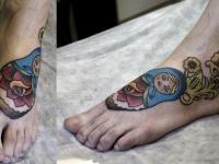Татуировка  матрешка на ступне