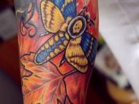 Татуировка мотылек и листья