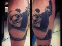 Татуировка мишка с пистолетом на икре