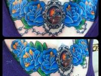 Татуировка розы и кулон на груди