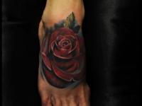 Татуировка роза на ступне