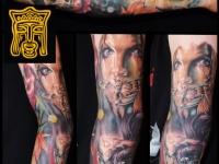 Татуировка лицо и череп на руке