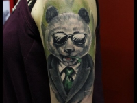 Татуировка медведь в очках на плече