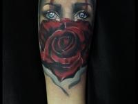 Татуировка глаза и роза на предплечье