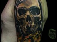 Татуировка череп и часы на плече