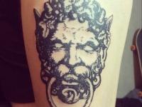 Татуировка человека-льва с кольцом в ноздрях на плече