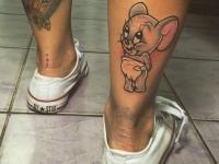Татуировка мышонка малыша в подгузнике на голене