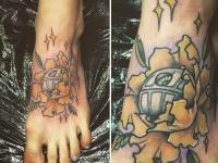 Татуировка цветок с ядром на лодыжке