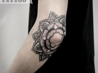Татуировка большой цветок на локте