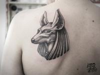 Татуировка египетская скульптура на лопатке