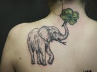 Татуировка слон на лопатке