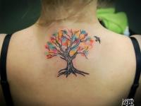 Татуировка дерево на шее