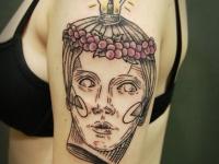 Татуировка голова с лампочкой на плече