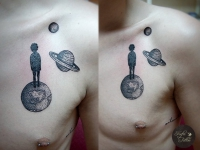 Татуировка планеты на груди