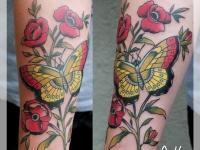 Татуировка бабочка в цветах на предплечье