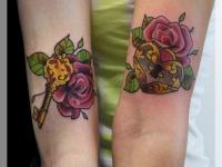 Татуировка ключ и замок в розе на руках