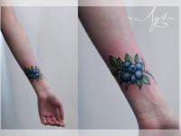 Татуировка черника на предплечье