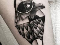 Татуировка на руке голова орла в ромбе