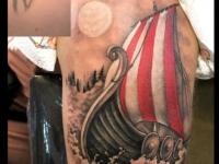Татуировка красивого коробля с поднятыми парусами на плече