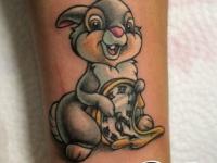 Татуировка зайчика с часами на руке