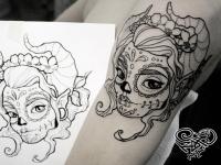 Татуировка головы девушки  на руке