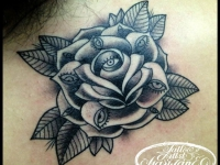 Татуировка роза с глазами на лепестках