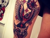 Татуировка голова пантеры и птица на бедре