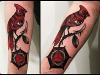 Татуировка птица на ветке на предплечье