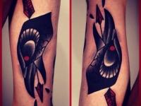 Татуировка голова вороны со стрелой