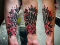 Татуировка микрофон и роза на предплечье