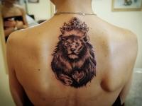 Татуировка лев в короне на спине