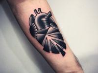 Татуировка сердце раскрывает свои оболочки на руке